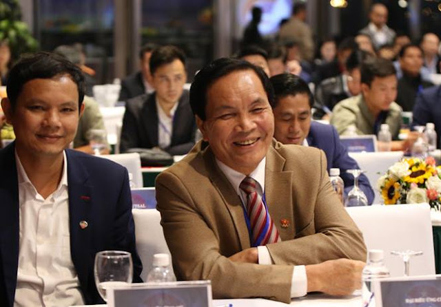 Ông Cấn Văn Nghĩa (phải) được xem là thiếu nhiều tiêu chuẩn làm phó chủ tịch tài chính VFF