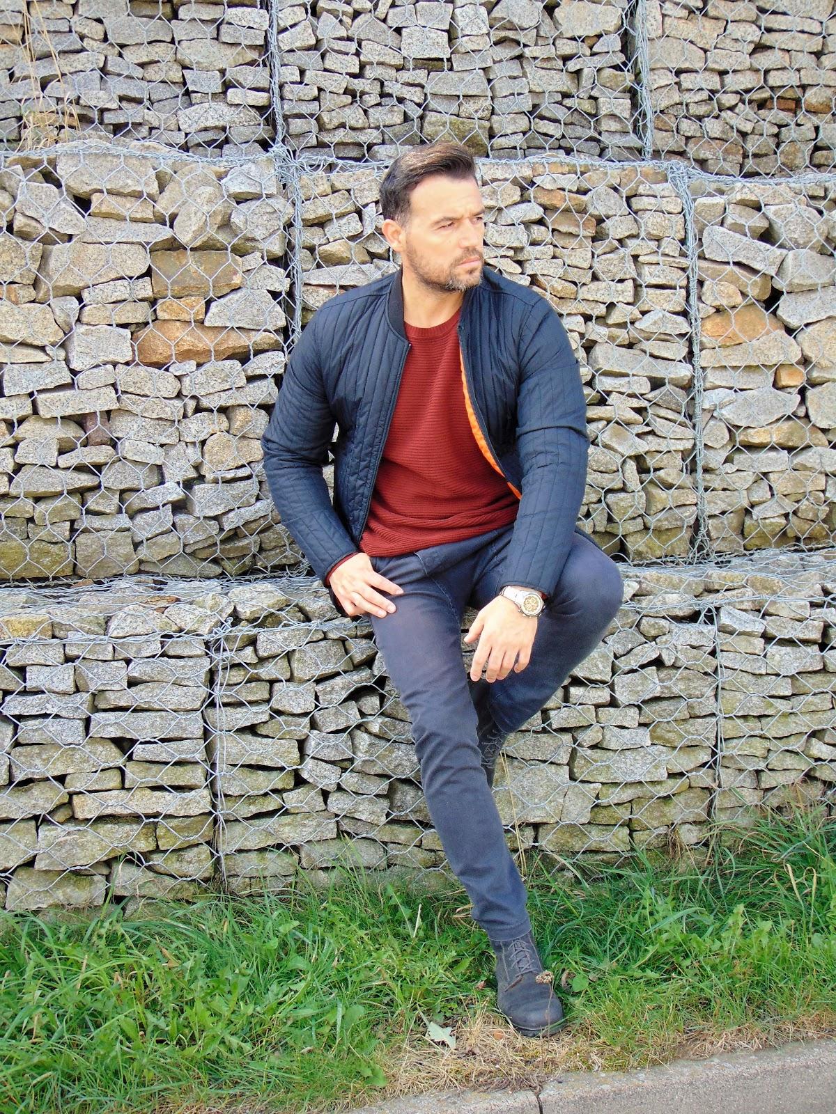 e77fa3e630a01 Modna, prosta kurtka w połączeniu z jeansowymi spodniami to świetny wybór.  Dla ceniących wygodę, to świetne rozwiązanie. Taki look będzie odpowiednim  do ...
