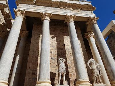Columnas y estatuas en el teatro romano de Mérida
