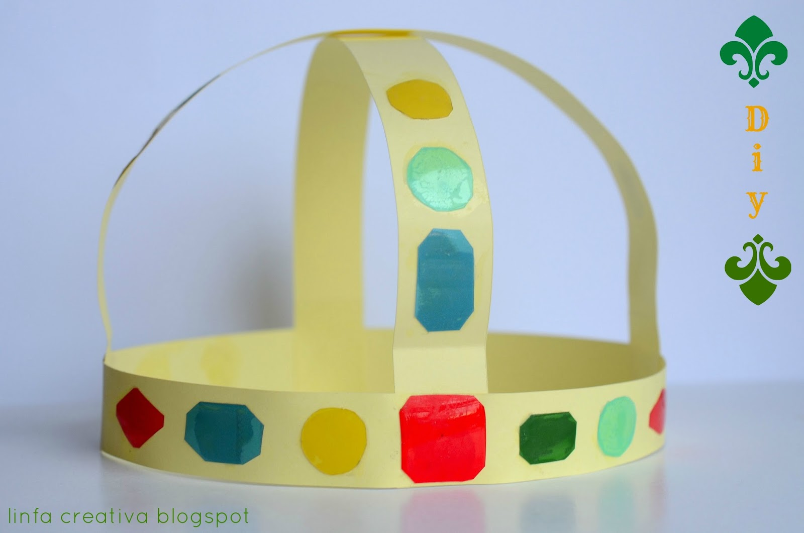 http://linfacreativa.blogspot.it/2014/01/diy-corona-fatta-con-carta-e-pet-crown.html