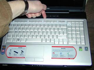 Retrait du panneau frontal en haut du clavier