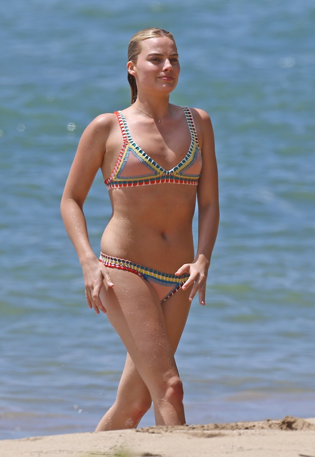 Margot Robbie bares bikini body on Hawaii beach