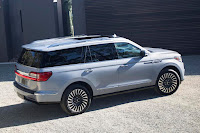 Lincoln Navigator (2018) Rear Side