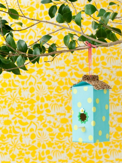 Buat sarang burung dari bahan karton bekas kotak susu