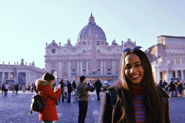melissa sonriente a las afueras de la basilica de san pedro en el vaticano
