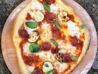Spicy salami, courgette, basil, tomato & mozzarella pizza topping