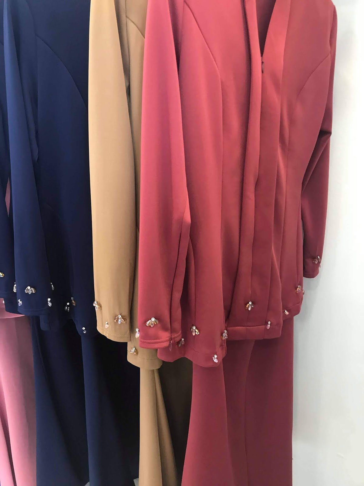 Berbaju merah jambu raya dating