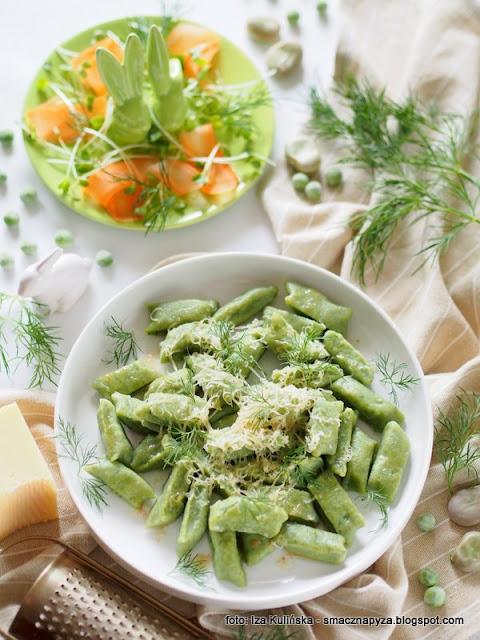 kopytka bez ziemniakow, kluski z bobu, bob, groszek zielony, mrozone warzywa, dzien sw patryka, zielono mi, warzywa na talerzu, kluski z maslem i serem