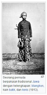 Seorang pemuda berpakaian tradisional Jawa dengan kelengkapan: blangkon, kain batik, dan keris (1913). (gambar) wisatataarea.com