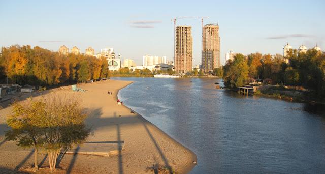 строится стена на пляже в Киеве