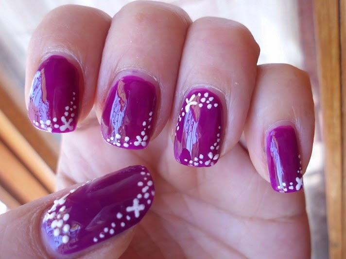 manicura purpura con flores