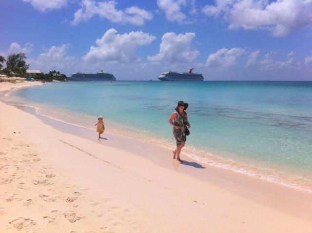 lasten kanssa Caymansaarilla / taustalla Carnival Glory