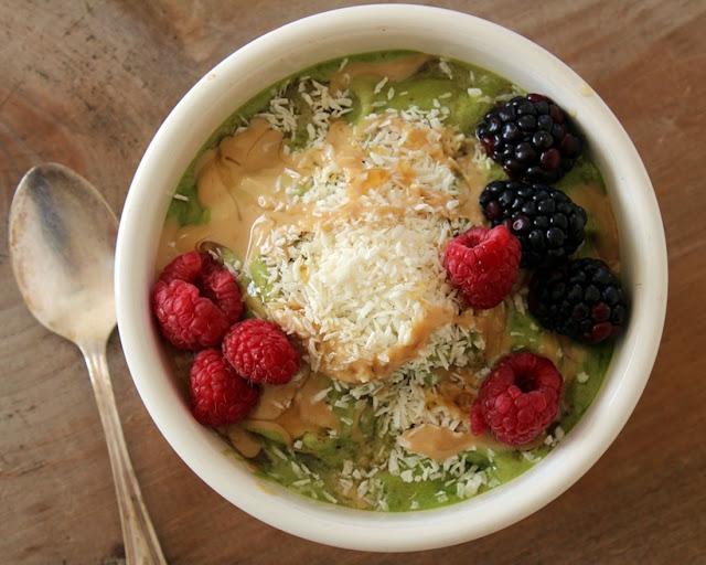 kale and strawberry breakfast bowl: raw food breakfast recipe