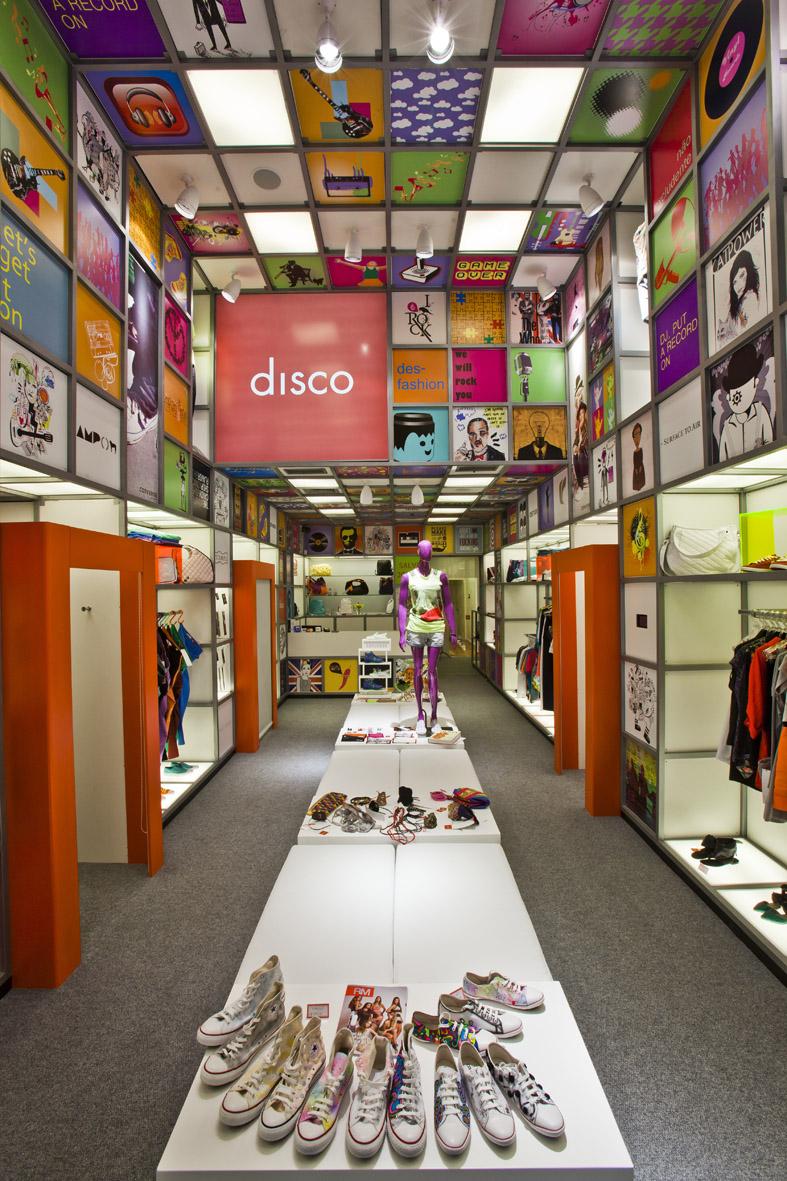 Uma loja colorida em porto alegre design innova for New ideas for retail stores
