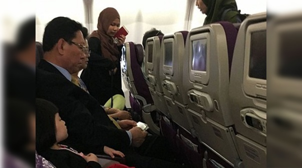 """Gambar Duta Korea Utara """"Tersepit"""" Dalam Pesawat MAS MH360 Ketika Pulang Korea Jadi Viral"""