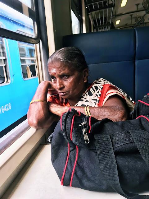 Co trzeba wiedzieć o podróży pociągiem na trasie z Kandy do Ella na Sri Lance? Jak kupić bilety? Czy da się zarezerwować miejscówki? A w końcu którą klasą podróżować?