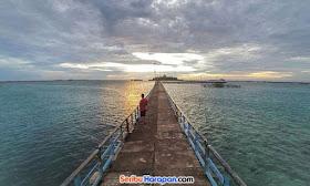 wisata jalan sore menjelang senja di pulau tidung
