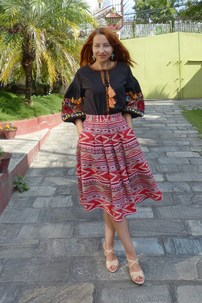 Embroidered sleeves blouse with printed skirt