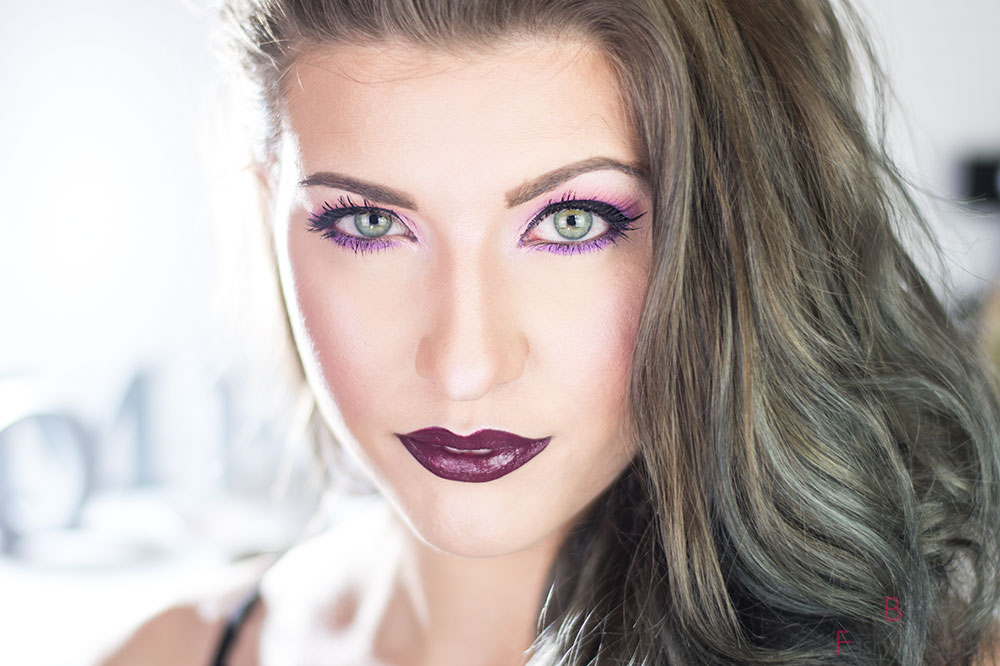 Color of the Year 2019 Ultra Violet Look frontal lächelnd