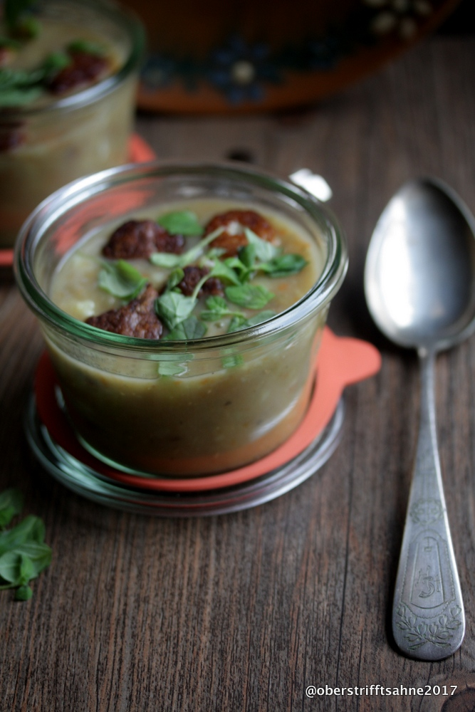 die suppe des tages ist eine kartoffel linsen suppe mit frischem majoran und bratwurstkl chen. Black Bedroom Furniture Sets. Home Design Ideas