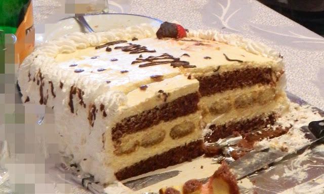 Tort cu blat de cacao si piscoturi si crema cu sampanie, mascarpone si piersici