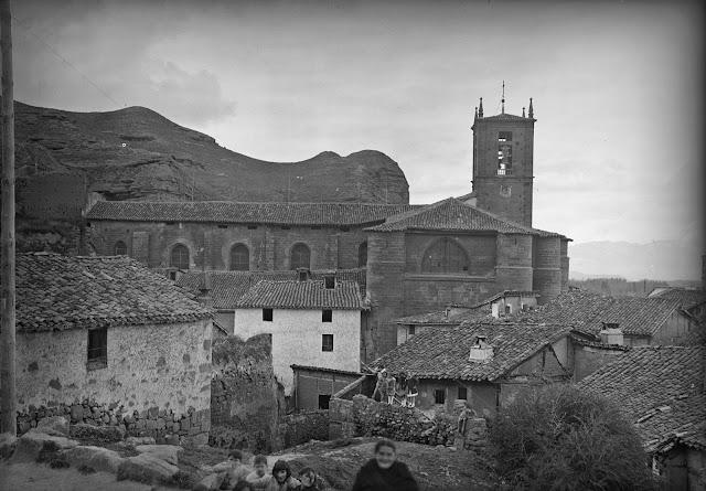Santa María La Real. Nájera, año 1932. (Foto Marburg). Fotografía realizada desde la Subida al Alcázar. Se aprecia la pared lateral de la derruida Ermita del Cristo del Humilladero