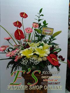 rangkaian bunga meja lily dan anthurium