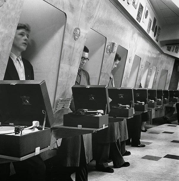 Tienda de disco de los años 50, foto tomada en el año 1955. Gramófonos para oir los discos antes de comprarlos. Fotos insólitas que se han tomado. Fotos curiosas.