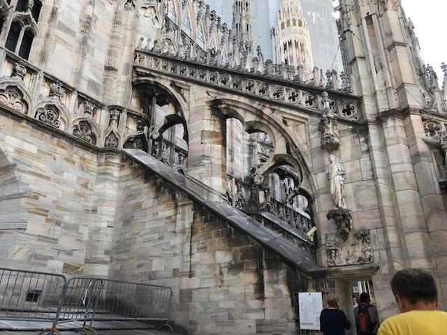 イタリア・ミラノのドゥオーモを階段で上がると途中で屋根の上に出る
