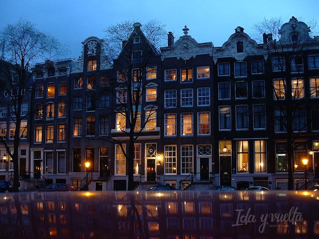 Vista nocturna de Amsterdam