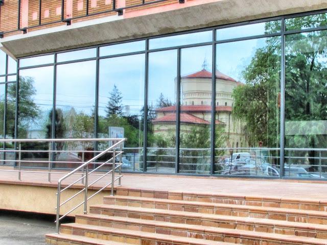 Biserica Sf. Sava reflectată în peretele de sticlă al Halei Centrale - blog FOTO-IDEEA