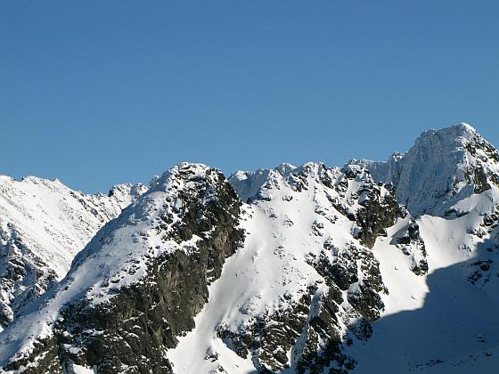 Kościelec (2155 m n.p.m.) - z lewej główny szczyt grani Kościelców, z prawej Zadni Kościelec  (2162 m n.p.m.). Zupełnie z prawej najwyższy to Kozi Wierch.