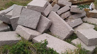Pedra folheta de granito para execução de escada de pedra sendo a pedra folheta no tamanho 50x100 cm e 18 cm de altura e também no tamanho 50x50 cm com 18 cm de altura.