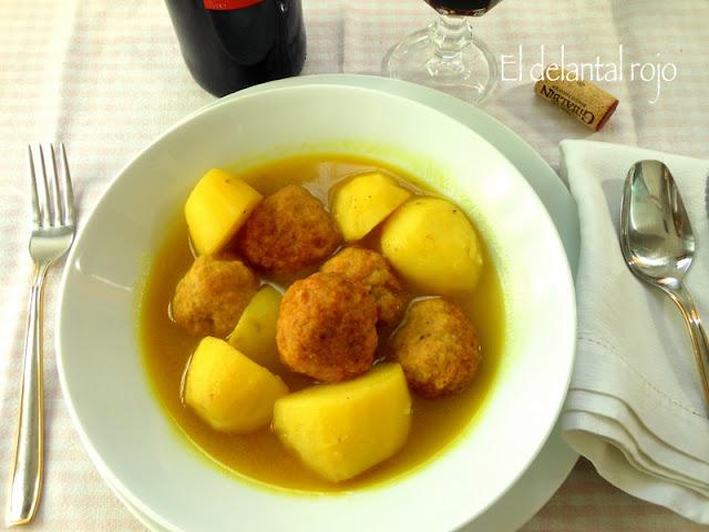 Guiso de patatas con albóndigas de pavo al curry.- Cocina familiar.-