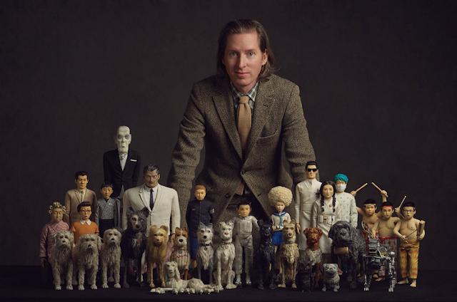 El director de la película Isla de Perros Wes Anderson, posa con las figuras de los personajes de la película