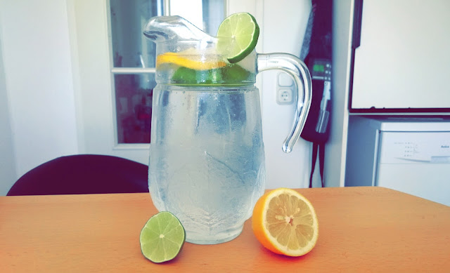 Zitronen und Limettenwasser für den Sommer