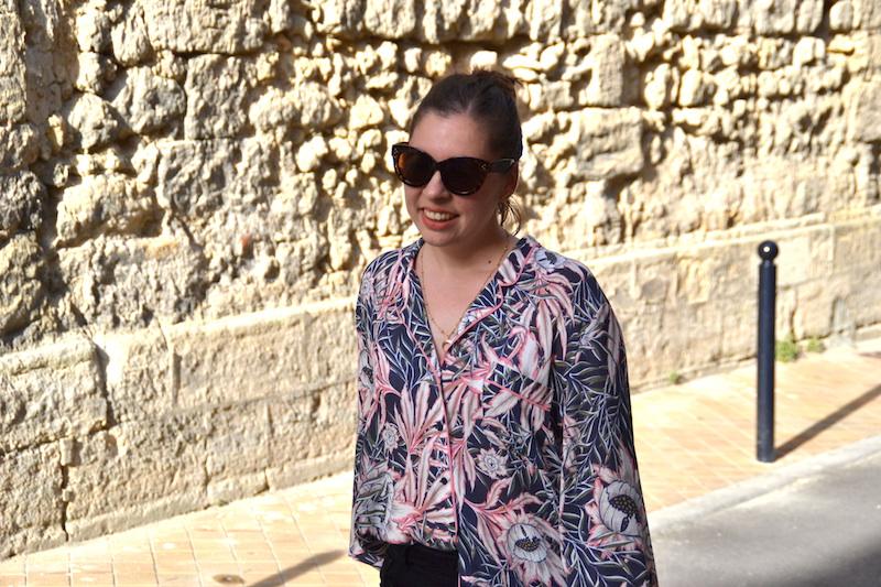 chemise tropical H&M, short en jean noir Pimkie, lunette de soleil Aliexpress
