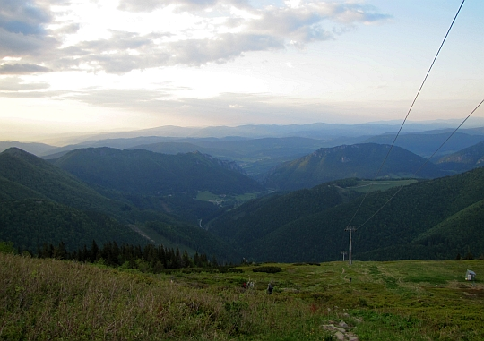 Zejście do Doliny Wratna (słow. Vrátna dolina) - widok spod górnej stacji wyciągu kolei gondolowej.