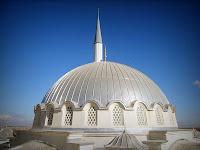 Bir caminin pencereli kubbesi