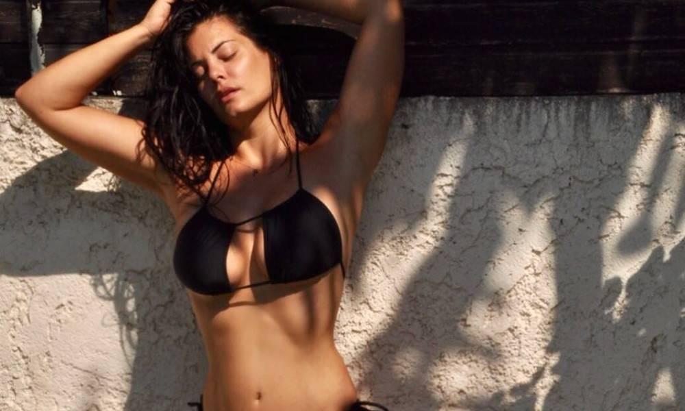 Απίστευτο… χαμό προκάλεσε στο Instagram η μελαχρινή καλλονή με τις  καμπυλάρες της. Η Μαρία Κορινθίου ... 095145e4db1