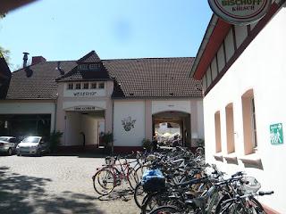 Ein Gebäude mit Spitzdach und zwei Einfahrten. Das ist der Weilerhof, ein Ausflugslokal