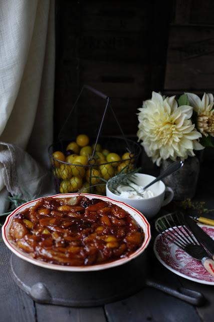 luumuinen tartetatin, Plum tartetatin, lavender cream, still life