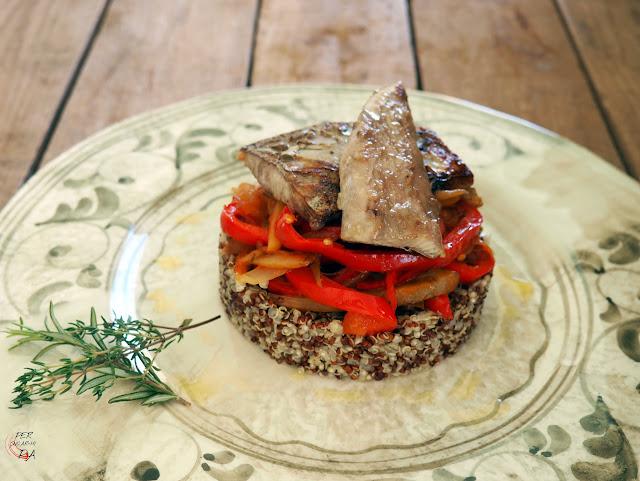 Ensalada de quinoa con cebolla, pimientos rojos y berenjenas y ventresca de bonito