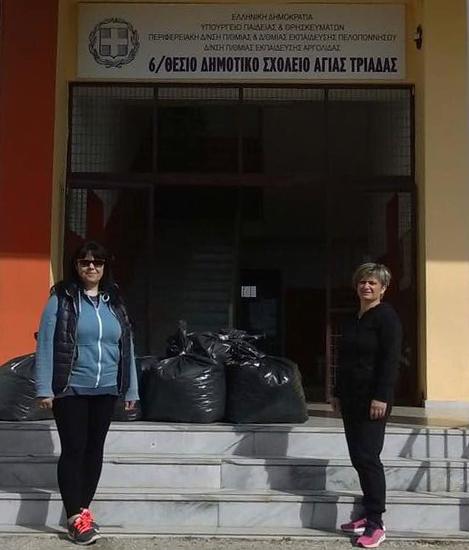 Το Δημοτικό Σχολείο Αγίας Τριάδας μάζεψε πλαστικά καπάκια για την αγορά αναπηρικού αμαξιδίου