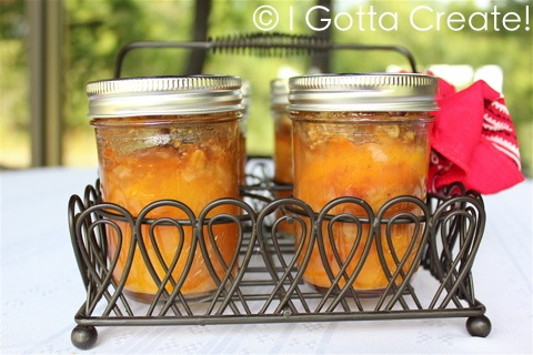 Adorable, portable peach crisp baked in mason jars. Perfect for picnics, tailgating and camping! | Recipe and instructions at I Gotta Create!