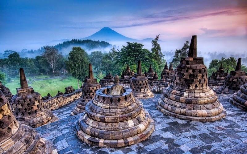 La isla de Bali es una isla y una provincia de Indonesia. Es la más occidental de las islas menores de la Sonda, y se encuentra ubicada en una cadena, con Java al oeste y Timor al este.