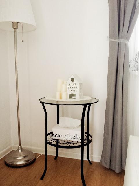 Biały chustecznik i czarny ażurowy stolik