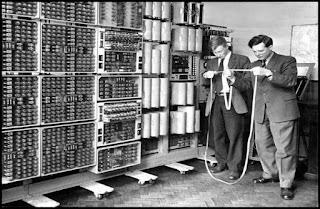 1. Komputer Generasi I (1940-1959)    Electronic Numerical Integrator and Calculator (ENIAC), merupakan komputer generasi pertama, yaitu komputer digital elektronik yang digunakan untuk kebutuhan umum. Pgamroposal ENIAC dirancang oleh oada pada tahun 1942, dan mulai dirancang pada tahun 1943 oleh Dr. John W. Mauchly dan John Presper Eckert di Moore School of Electrical Engineering (University of  Pennsylvania) baru terselesaikan pada tahun 1946. ENIAC berukuran sangat besar, untuk penempatannya membutuhkan ruang 500 m2. ENIAC menggunakan 18.000 tabung hampa udara, 75.000 relay dan saklar, 10.000 kapasitor, dan 70.000 resistor. Ketika beroperasi, ENIAC membutuhkan daya listrik sebesar 140 kilowatt dengan berat lebih dari 30 ton, dan menempati ruangan 167 m2.  Semua input dan output dilakukan melalui kartu plong. Dalam hitungan detik, ENIAC mampu melakukan 5.000 perhitungan dengan 10 digit angka yang apabila dilakukan perhitungan secara manual oleh manusia akan memakan waktu 300 hari, kemampuan ENIAC dalam melakukan perhitungan merupakan operasi tercepat dibandingkan dengan semua komputer mekanis lainnya. ENIAC dioperasikan sampai tahun 1955. Teknologi yang digunakan oleh ENIAC menggunakan tabung vakum yang dipakai oleh Laboratorium Riset Peluru Kendali Angkatan Darat (Army's Ballistics Research Laboratory-LBR) Amerika Serikat.  Tahun 1989, Tim Berners-Lee mengajukan pada perusahaannya, CERN (European Organization for Nuclear Research) sebuah proyek yang bertujuan untuk mempermudah pertukaran informasi antar para peneliti dengan menggunakan sistem hiperteks. Sebagai hasil atas implementasi proyek ini, tahun 1990 Berners-Lee menulis dua program komputer: sebuah peramban yang dinamainya sebagai WorldWideWeb; server web pertama di dunia, yang kemudian dikenal sebagai CERN httpd, yang berjalan pada sistem operasi NeXTSTEP.  Dari tahun 1991 hingga 1994, kesederhanaan serta efektifitas atas teknologi yang digunakan untuk berkunjung serta bertukar data melalui Waring Wera Wa