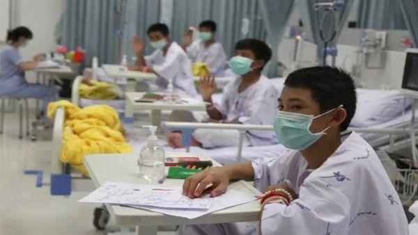 Niños tailandeses sacados de cueva tendrán el alta el jueves