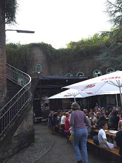 Singender Biergarten 2017 im Fort X in Köln: Blick auf die Bühne